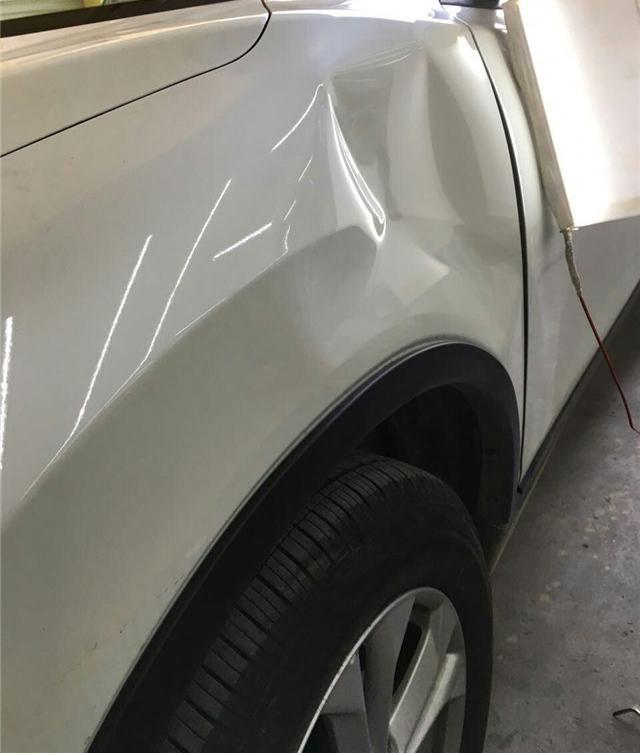 汽车前翼子板凹陷修复前